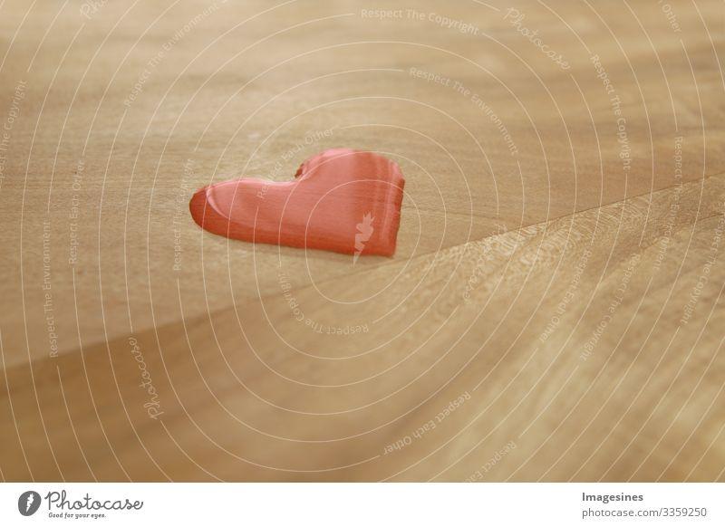 Herzkrank - Herztropfen, Roter Wassertropfen in Form eines Herzens auf einem Holz Tisch, Valentinstagkonzept. Herzform Wassertropfen. Natur Symbol für Liebe, Glück, Gesundheit