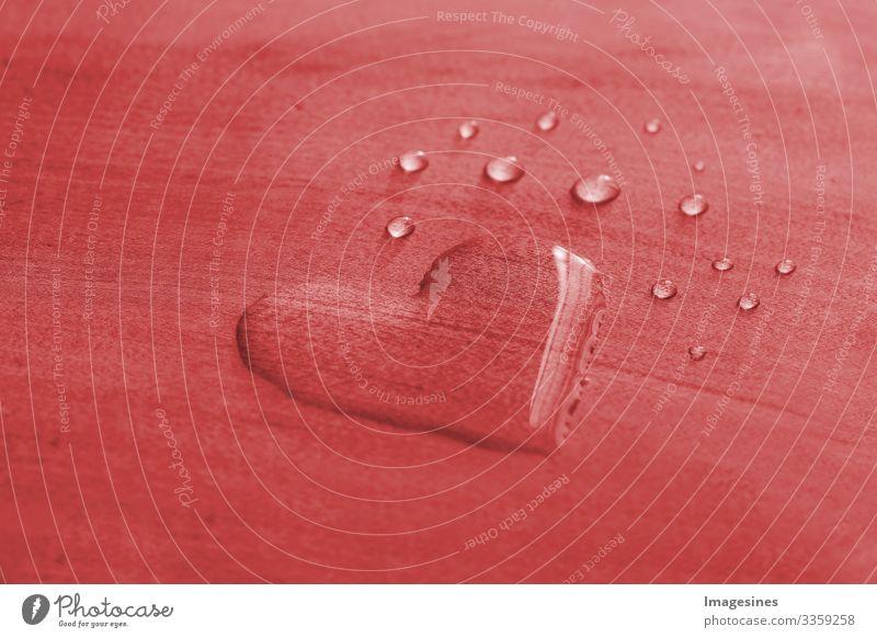 Herztropfen - Wassertropfen in Form eines Herzens auf einem rotem Hintergrund, Valentinstag konzept. Herzform Wassertropfen. Umwelt, Natur Symbol für Liebe, Glück, Gesundheit