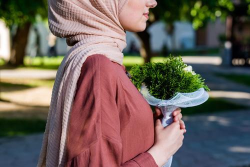 Muslimisches Mädchen trägt Hidschab mit Blumen Eleganz Lifestyle elegant Freude Mensch feminin Junge Frau Jugendliche Körper Truhe Hand 1 18-30 Jahre Erwachsene