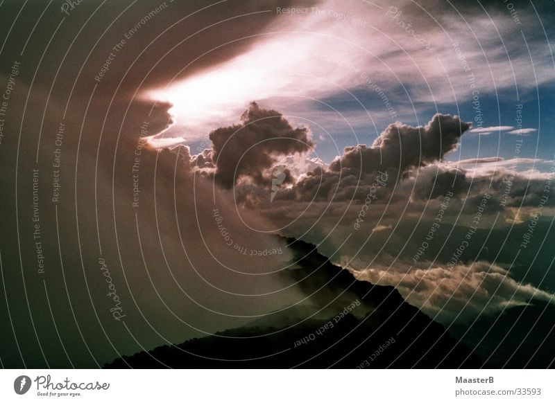 Himmel und Erde - Vulkan aktiv Natur Himmel Sonne Wolken Berge u. Gebirge Landschaft Erde Wasserdampf Vulkan diffus gigantisch Naturphänomene Guatemala Wolkenformation Wolkenberg auftürmen