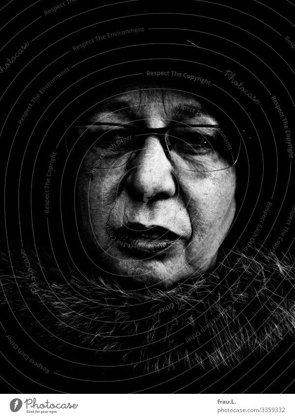 Alt, aber keine Oma Mensch feminin Frau Erwachsene 1 60 und älter Senior Denken Blick alt hässlich nachdenklich Brille Hut Mütze Hautfalten Pelzjacke Runzeln