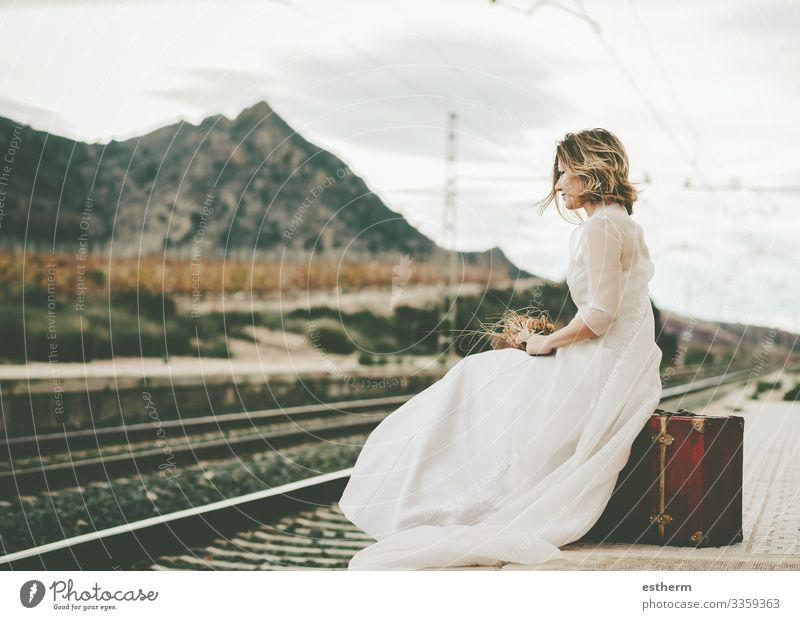 Nachdenkliche Braut mit rotem Koffer auf den Bahnschienen Lifestyle elegant Stil schön Ferien & Urlaub & Reisen Abenteuer Freiheit Hochzeit Mensch feminin