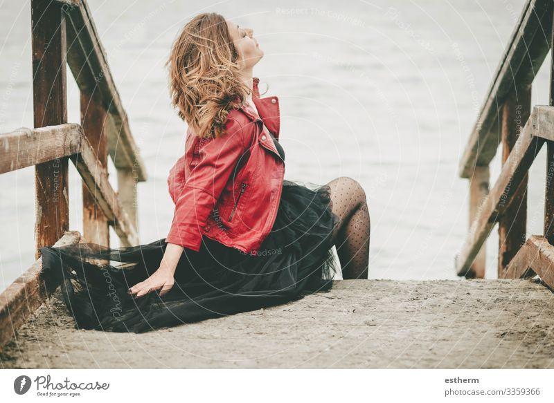 Nachdenkliche junge Frau auf dem Boden sitzend Lifestyle elegant Stil schön Ferien & Urlaub & Reisen Freiheit Meer Mensch feminin Junge Frau Jugendliche