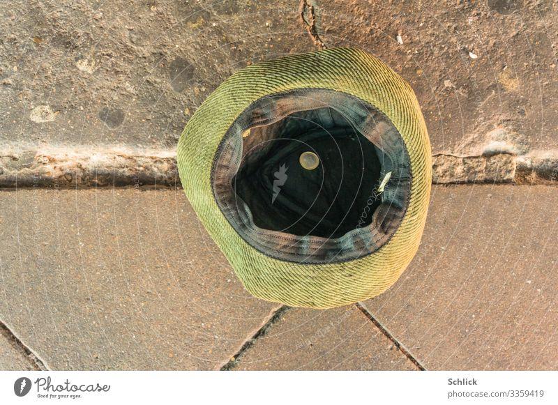 Bettler Arbeitslosigkeit Hut Geldmünzen Eineuromünze Armut braun gold grün schwarz silber geizig betteln Almosen Euromünze Beton Farbfoto Gedeckte Farben