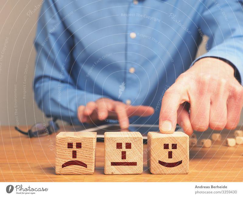 Verdecktes Geschäftsbild mit kleinen Holzklötzchen Bestenliste Bewertung positiv Umfrage Business Geschäftsmann Karriere Herausforderung Konzept Konstruktion