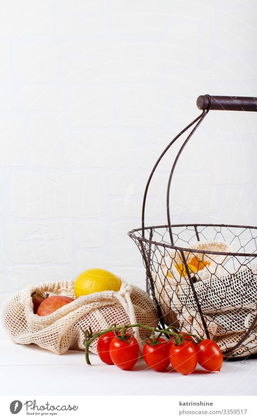 Frisches Gemüse und Früchte in Stoffbeuteln in einem Backet Lebensmittel Getreide Lifestyle kaufen Umwelt Kunststoff frei natürlich weiß keine Verschwendung