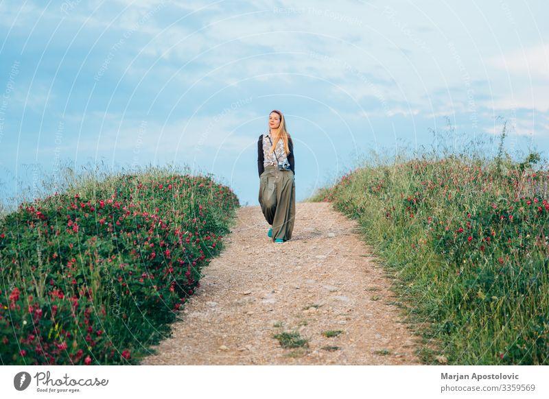 Junge Frau beim Wandern auf dem Land in der Toskana, Italien Lifestyle Ferien & Urlaub & Reisen Tourismus Ausflug Abenteuer Freiheit Fotokamera feminin