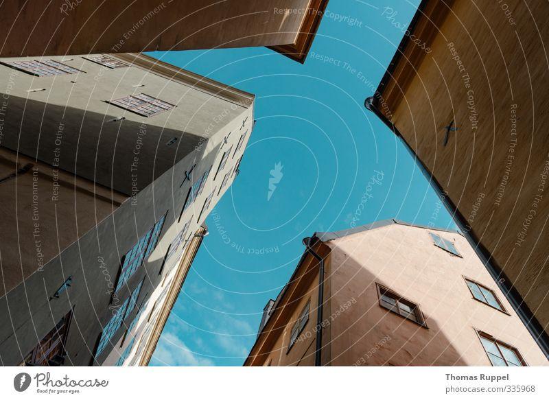 Häuserkreuzung Himmel blau alt Stadt Wolken Haus Fenster Wand Architektur Mauer Gebäude Wetter Fassade authentisch groß Schönes Wetter