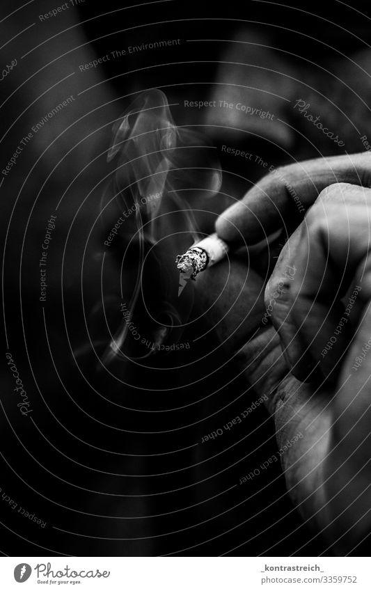 Smoke Mensch maskulin Junger Mann Jugendliche Auge Hand Finger 1 30-45 Jahre Erwachsene Zigarette Rauchen dreckig schwarz weiß Sucht Schwarzweißfoto