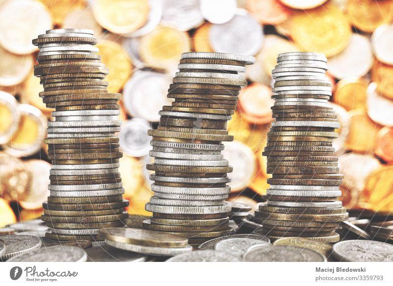 Wackelnde Türme aus verschiedenen alten Münzen. Lifestyle kaufen Reichtum Glück Geld Glücksspiel Lotterie Nachtleben Wirtschaft Kapitalwirtschaft Börse