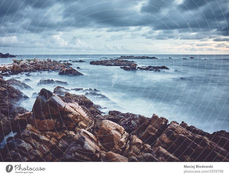 Felsiger Strand bei Sonnenuntergang, farbig getöntes Langzeitbelichtungsbild. Ferien & Urlaub & Reisen Sommer Sommerurlaub Meer Insel Wellen Natur Landschaft