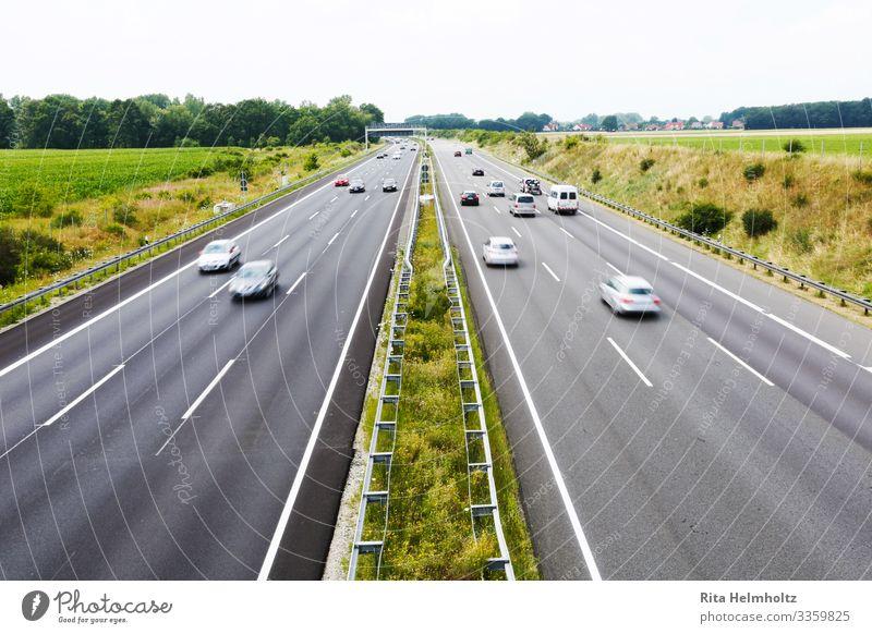 Verkehr auf der Autobahn Ferien & Urlaub & Reisen grün gelb Umwelt Bewegung Freizeit & Hobby PKW Zukunft Geschwindigkeit Güterverkehr & Logistik fahren Fernweh