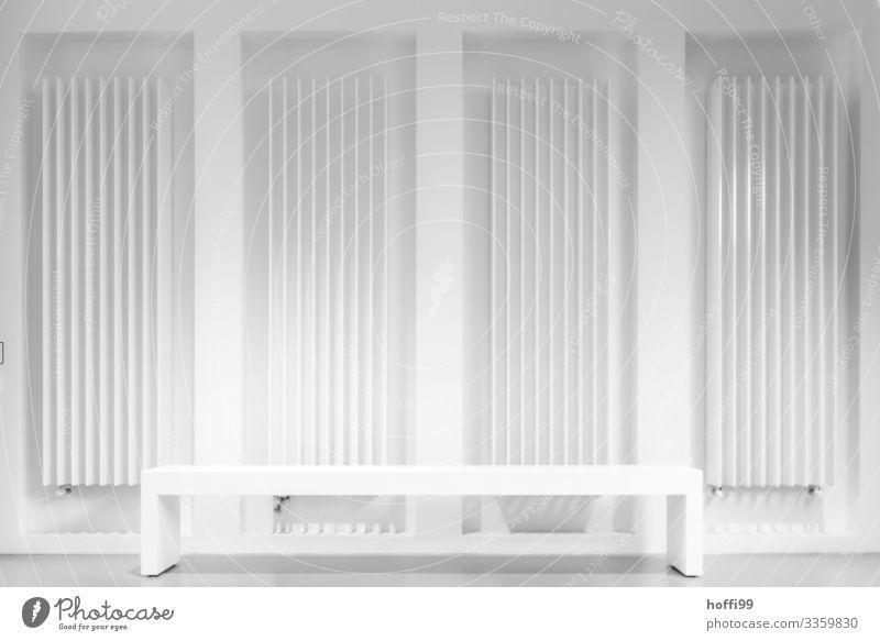 Rückenwärmer Gebäude Heizkörper Heizungsrohr Bank Linie ästhetisch außergewöhnlich elegant hell einzigartig kalt modern Sauberkeit trist weiß Warmherzigkeit