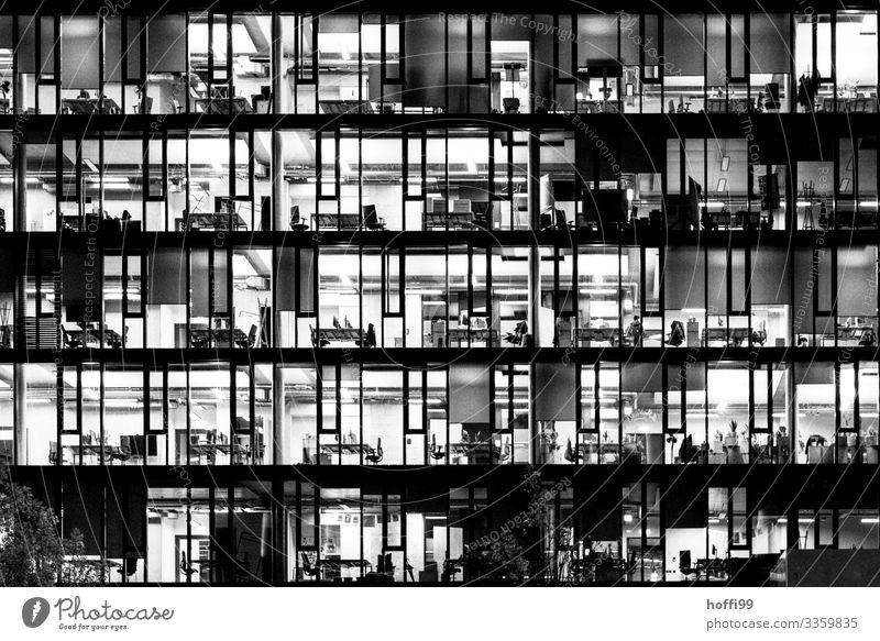 beleuchtete Büros eines Hochhauses am Abend - Feierabend Büroarbeit Bankgebäude Fassade Hauptstadt Fenster Stuhl Schreibtisch Schrank Computer