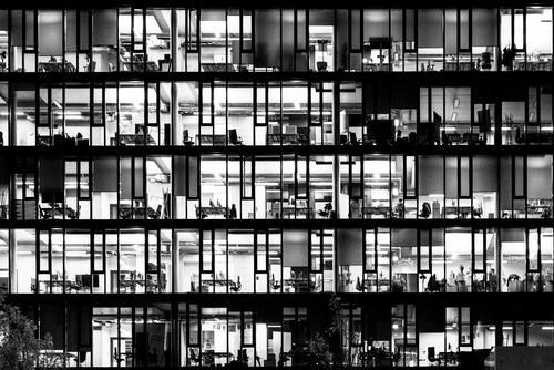night lights Hauptstadt Hochhaus Bankgebäude Büro Fassade Fenster Stuhl Schreibtisch Schrank Computer Büroarbeit Arbeit & Erwerbstätigkeit beobachten dunkel