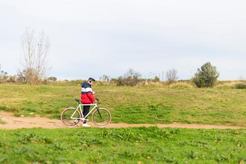 junger Mann, der eine Fahrradtour genießt Lifestyle Stil Glück Freizeit & Hobby Musik Telefon Handy Headset PDA Technik & Technologie Mensch Erwachsene 1