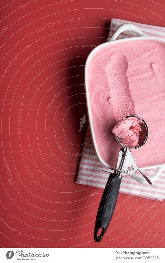 Himbeereisschale mit einer Kugel. Hausgemachtes Eis Milcherzeugnisse Dessert Speiseeis Italienische Küche Coolness frisch lecker süß rosa rot obere Ansicht