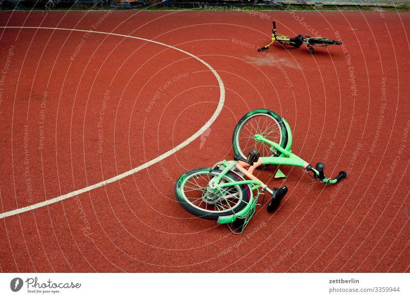 Zwei Fahrräder Fahrrad Fahrradtour Rad Kinderfahrrad Spielen Spielplatz 2 paarweise liegen Basketball Spielfeld Kreis Halbkreis Berlin Großstadt Leben