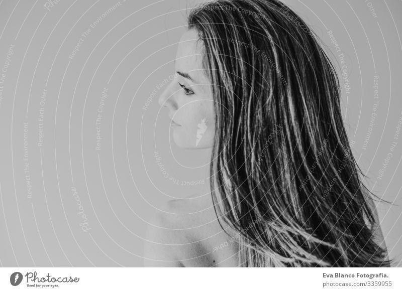 junge schöne Frau, die auf dem Bett sitzt, sich ausruht und lächelt. Lebensstil und Schönheitskonzept Jugendliche Porträt Lifestyle heimwärts Bettlaken