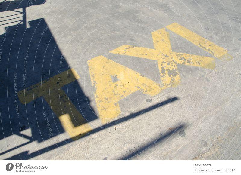 TAXI Platz Taxistand Sommer Wärme Griechenland Beton Wort Typographie authentisch einfach Originalität gelb Mobilität Großbuchstabe Zahn der Zeit verwittert