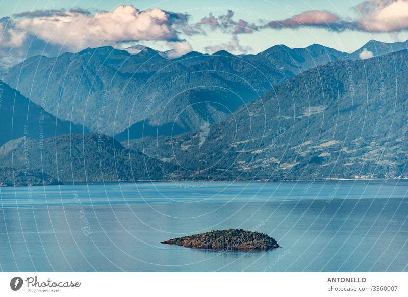 Die kleine Insel im Ranco-See, umgeben von Riesen Ferien & Urlaub & Reisen Tourismus Abenteuer Sommer Berge u. Gebirge Wassersport Umwelt Natur Landschaft