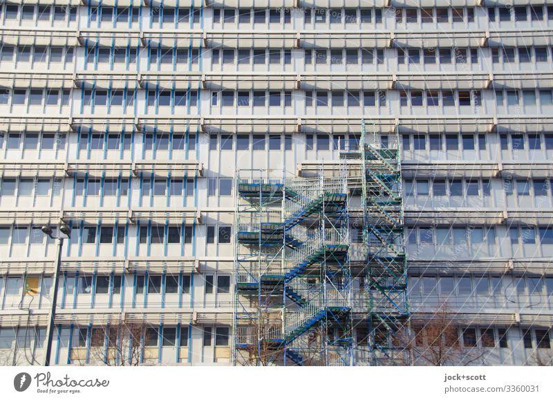 alles nur Fassade mit einem Baugerüst Fenster Baustelle Bürogebäude Architektur Plattform Fassadenverkleidung Renovieren Wandel & Veränderung modern