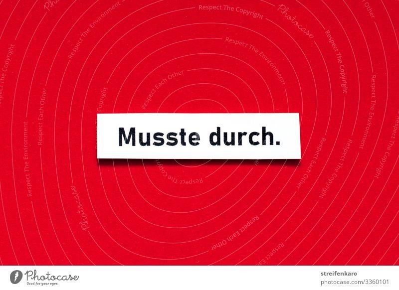 Musste durch - Schriftzug auf rotem Untergrund Rot Farbfoto rot-weiß Menschenleer Nahaufnahme Parole Mut Zuspruch durchhalten Text Schriftzeichen