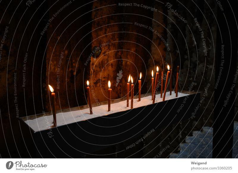 Kerzen Trauerfeier Beerdigung Traurigkeit dunkel Vertrauen Hoffnung Glaube Sorge Tod Friedhof Weihnachten & Advent Gedeckte Farben Innenaufnahme