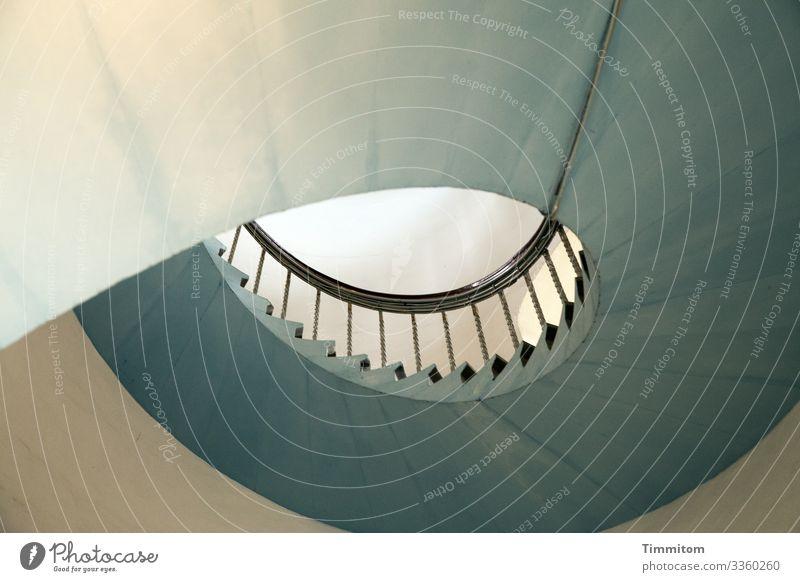 Wendeltreppe in Leuchtturm - rechts herum Innenaufnahme Treppe Geländer Spirale aufsteigen Menschenleer Architektur Treppengeländer ästhetisch aufwärts
