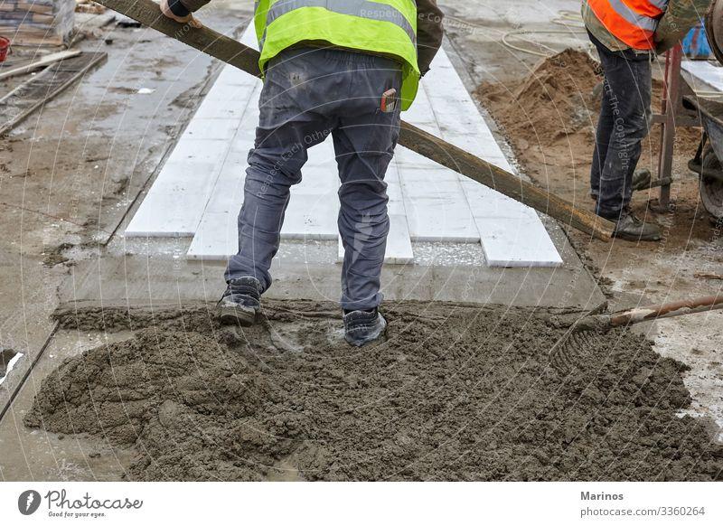 Die Arbeiter machen einen neuen Bürgersteig. Design Arbeit & Erwerbstätigkeit Industrie Maschine Gebäude Straße Stein Beton Pflastersteine Spaziergang