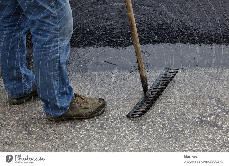 Arbeiter, die während des Straßenbaus mit Asphaltwerkzeugen arbeiten. Arbeit & Erwerbstätigkeit Industrie Werkzeug Mann Erwachsene Gebäude Verkehr schwarz Gerät