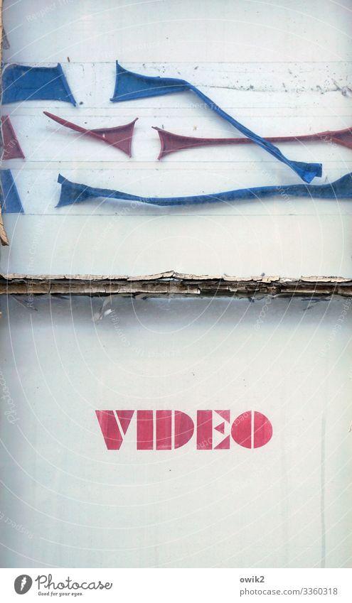 Aus der Zeit gefallen Fenster Karton Farbstoff Rest Großbuchstabe Werbung Videothek Schriftzeichen alt retro Verfall Vergänglichkeit altmodisch Zahn der Zeit