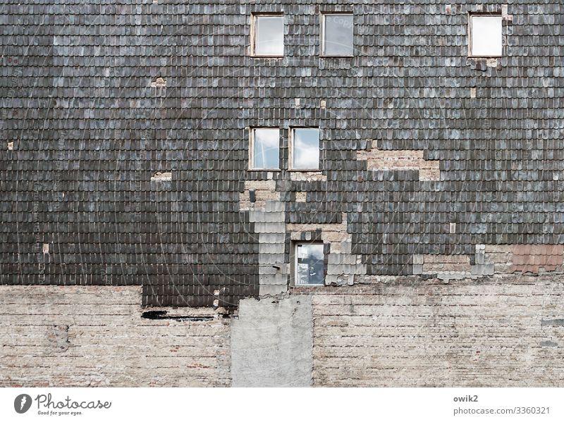 Nobelschuppen Kleinstadt Stadtzentrum Menschenleer Haus Gebäude Mauer Wand Fassade Fenster Dachziegel Backsteinwand Stein Beton Glas alt Verfall Vergänglichkeit