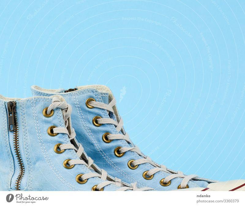 ein Paar hellblau getragene Textilschuhe Lifestyle Stil Design Sport Fuß Mode Bekleidung Stoff Schuhe Turnschuh trendy modern retro weiß Seite Hintergrund