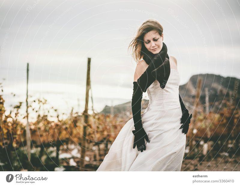 Junge und elegante Frau Lifestyle Stil schön Ferien & Urlaub & Reisen Mensch feminin Junge Frau Jugendliche Erwachsene 1 30-45 Jahre Mode Kleid Handschuhe