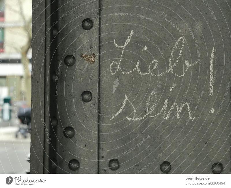 """Kreide auf Metall: Schriftzug """"Lieb sein!"""" Kunst Stadt Hauptstadt Öffentlicher Personennahverkehr Straße Zeichen Graffiti Gefühle Gastfreundschaft Solidarität"""