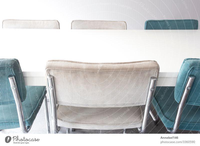 Leerer weißer Holz-Esstisch mit modernen Stühlen Abendessen Reichtum Stil Design schön Haus Dekoration & Verzierung Stuhl Tisch Küche Restaurant Labor Büro