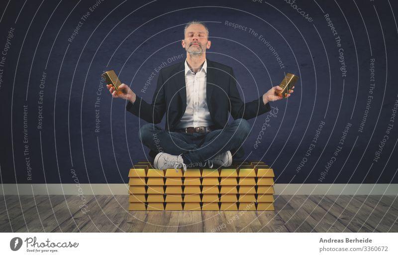 Entspannter Geschäftsmann sitzt auf einem Stapel von Goldbarren erfolgreich sein finanziell investieren gold golden Millionär Finanzen Geld Vermögen Überfluss