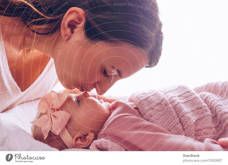 Junge Mutter küsst ihr bezauberndes Mädchen. Freude Glück schön Spielen Kind Baby Frau Erwachsene Eltern Familie & Verwandtschaft Kindheit Küssen Lächeln Liebe