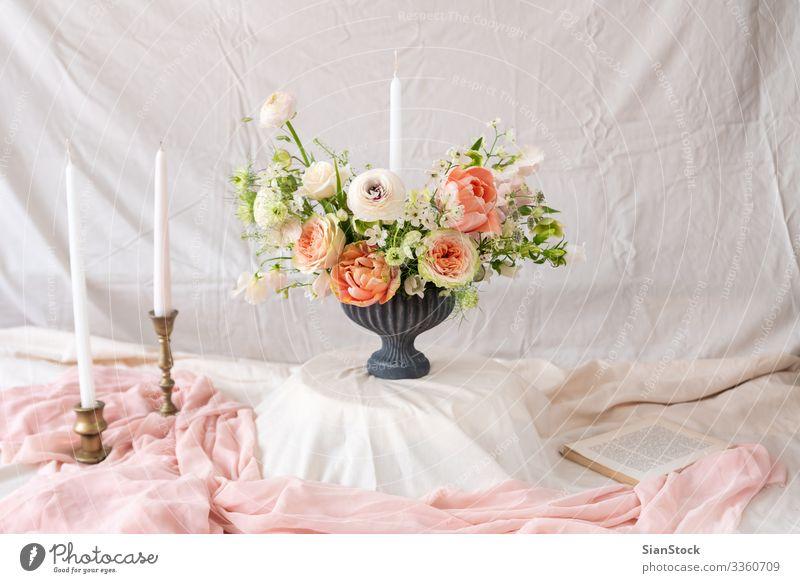 Stilleben mit einem schönen Blumen- und Kerzenstrauß Abendessen Reichtum elegant Design Sommer Dekoration & Verzierung Tisch Feste & Feiern Hochzeit Buch
