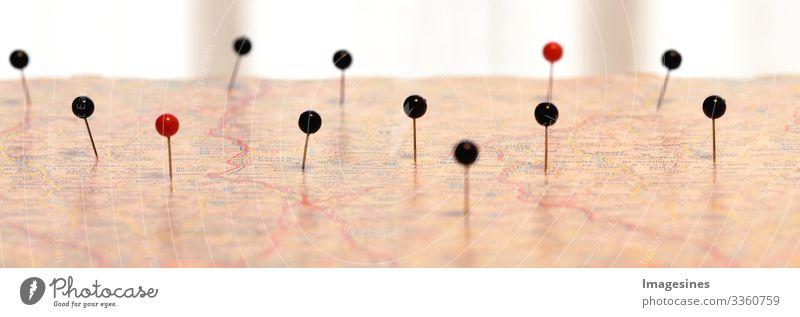 Navigation - Pins auf einer Landkarte. Pin Markierung oder Position auf einer Karte. Kartennavigation mit roten und schwarzen Punkt Markierungen Stadtplan