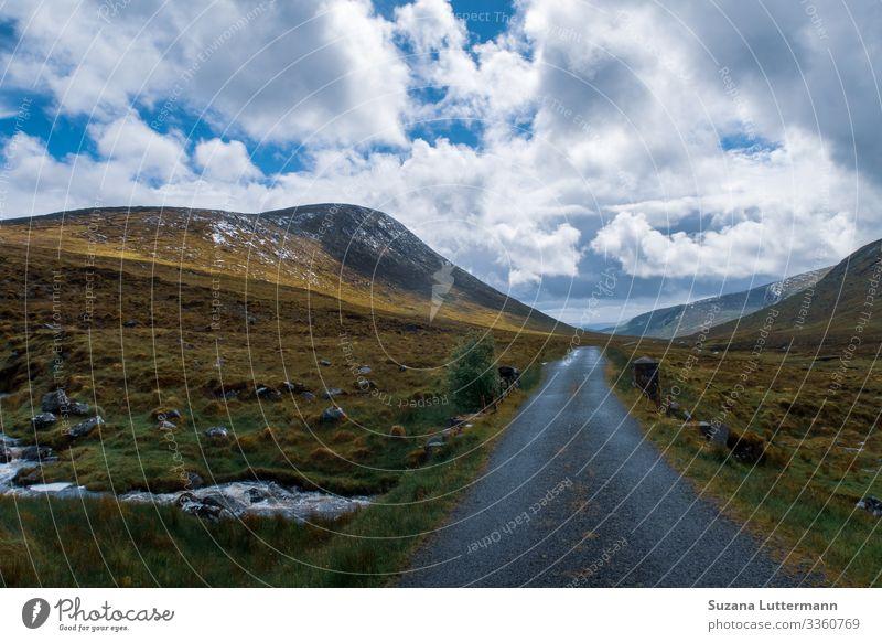 Errigal in Irland errigal Europa Landschaft Wolken Farbfoto Republik Irland Außenaufnahme Felsen Himmel Menschenleer Tag Natur Textfreiraum oben Hügel