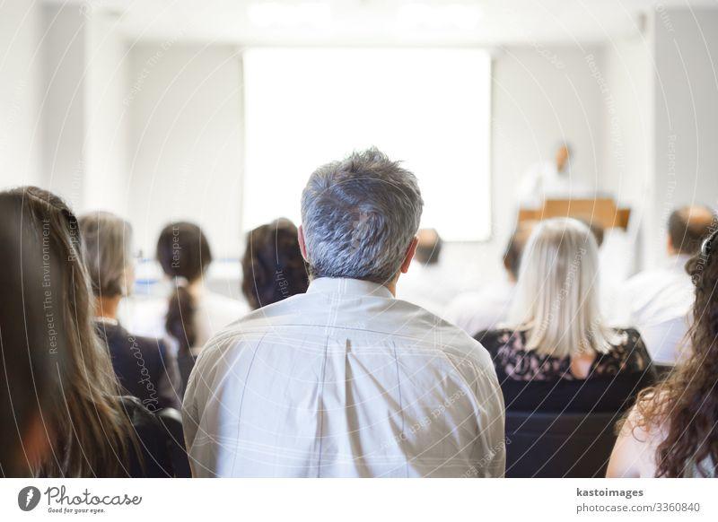 Geschäftskongress und Präsentation. Publikum Erwachsenenbildung lernen Klassenraum Lehrer Studium Hochschullehrer Hörsaal Business Sitzung Bildschirm