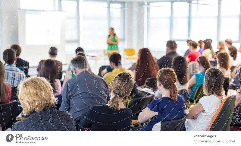 Rednerin hält eine Präsentation über die Geschäftskonferenz. Publikum Erwachsenenbildung Studium Hörsaal Business Sitzung sprechen Frau Menschengruppe