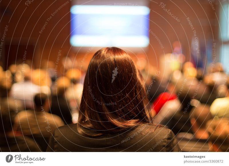 Auditorium im Konferenzsaal. Publikum Erwachsenenbildung lernen Lehrer Studium Hochschullehrer Hörsaal Business Sitzung Bildschirm Mann Menschengruppe sitzen