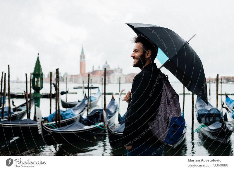 Junger Reisender in Venedig, Italien an einem Regentag Lifestyle Ferien & Urlaub & Reisen Tourismus Ausflug Sightseeing Städtereise Mensch maskulin Junger Mann