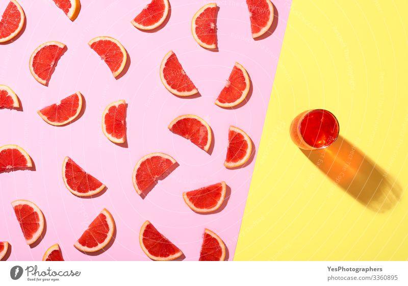 Grapefruit-Kaltgetränk und Grapefruitscheiben im Sonnenlicht Frucht Getränk Erfrischungsgetränk Limonade zweifarbig Zitrusfrüchte farbenfroh