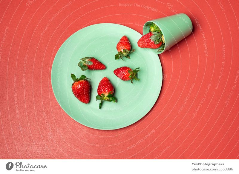 Geerntete Erdbeere in grünem Glas auf rotem Tisch Lebensmittel Frucht Dessert Süßwaren Ernährung Essen Frühstück Bioprodukte Geschirr Teller lecker natürlich