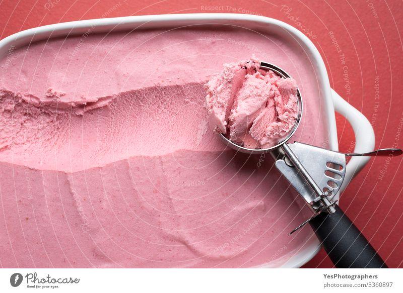 Eiskugel in Nahaufnahme. Himbeer-Eiscreme selbstgemacht Lebensmittel Milcherzeugnisse Frucht Dessert Speiseeis Süßwaren Topf Pfanne Tisch Coolness frisch lecker