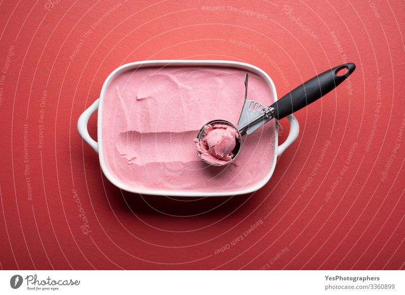 Himbeereis mit Kugel auf rotem Tisch Lebensmittel Milcherzeugnisse Frucht Dessert Speiseeis Coolness frisch lecker obere Ansicht Beeren-Eis Keramikschale kalt